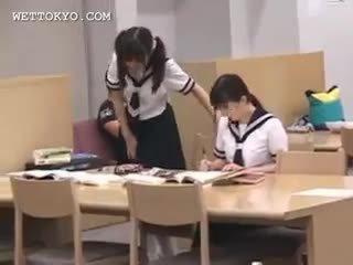 Asiática aluna cona teased em o biblioteca em camera