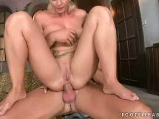 Beauty gets her feet worshipped