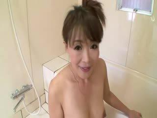 Á châu trưởng thành trong tắm sucks trên con gà trống trước stimulating mình