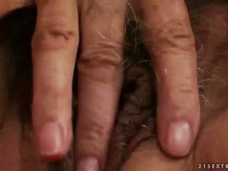 Збуджена грудаста бабуся мастурбує