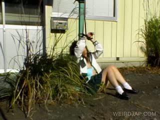 Aasialaiset koulutyttö shows karvainen kusipää