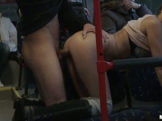 Amator vagaboanta gets banged greu în the autobus