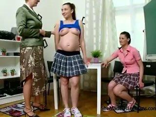 Gravid student og henne venn få taught lesbisk spill av deres frekk gammel lærer