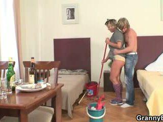 A limpar mulher rides sua hooters pila