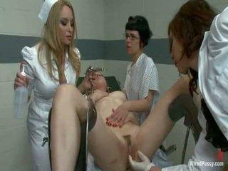 Two brudne pussys mieć strapped do a gyno krzesło i bumped przez ich lesbie doctors