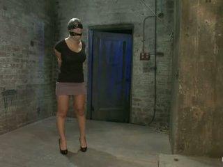 Gadis daripada hawaii walks ke dalam yang salah sub ruang bawah tanah gets yang insex rawatan jadi helpless