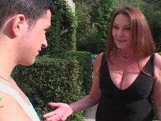 角質 ブロンド 熟女 entices 巨大な 若い コック へ ファック 彼女の 毛深い プッシー