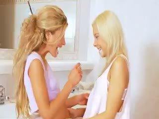 Extrémne 19yo blondýna lezzies eating