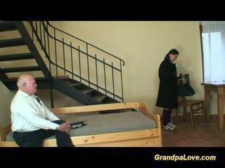爷爷 在 爱 同 年轻 青少年