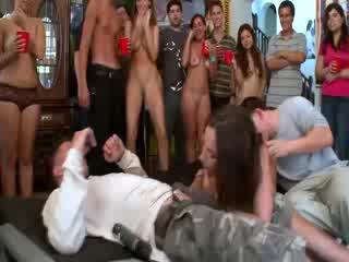 Jada stevens enjoying two õpilane cocks juures kolledž pidu