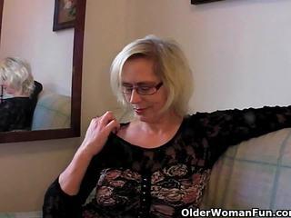 منحرفة جدة pushes لها fist فوق لها قديم مهبل