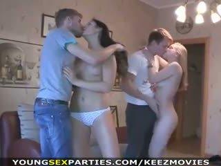 Млад секс parties - тийнейджъри майната в pairs и още