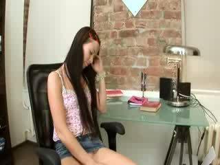 Evelina bé văn phòng niềm vui trên một ghế