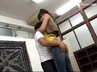 Scurt guy sarutand cu inalt fata licking subbrat rubbing ei fund în the middle de the cameră
