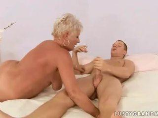 Ragazzo fucks paffuto nonna