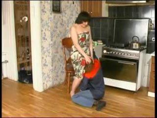 Ρωσικό μαμά και ένα νέος plumber