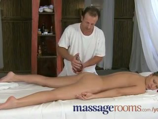 Urut rooms innocent muda clits are aroused oleh matang masseuse fingers