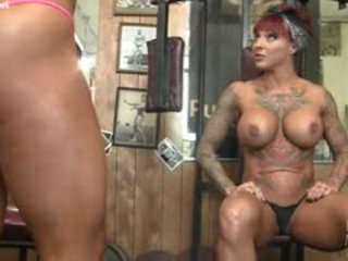 Dani andrews এবং megan avalon muscle লেসবিয়ানদের আবার