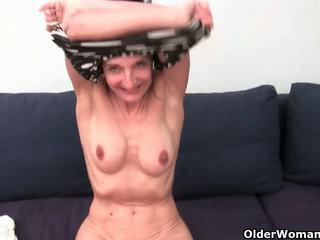 Nenek dengan berbulu alat kemaluan wanita gets fingered