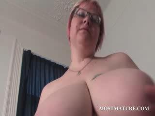成熟 金发 masturbates 屄 在 床