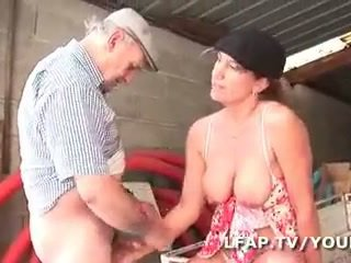 Mature francaise se demonter le cul dans un gangbang avec papy