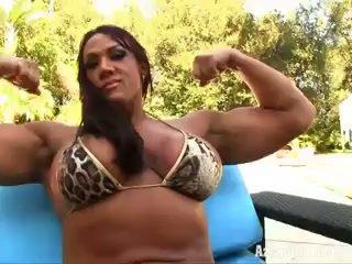 Aziani besi amber deluca female bodybuilder di kecil bikini