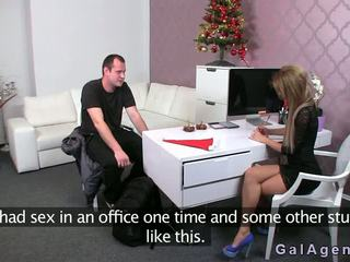 Female agent gives a jalkatyöpaikka sisään hänen toimisto
