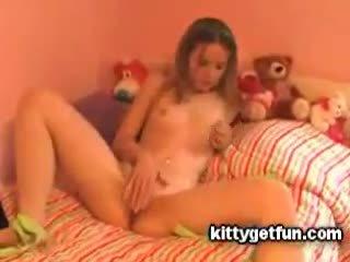 Kitty dostat zábava: roztomilý dospívající masturbates v tento volný trubka video