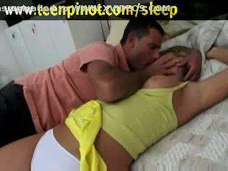 Blondin baben körd medan sova i en hotell rum