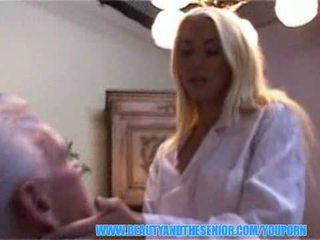 Wondermooi blondine verpleegster swallows senior injectie