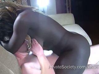 Negrita chica fucks un hombre twice su edad