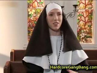 Opiekunka double penetration fucked w kościół