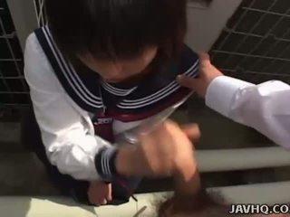 Japans tiener in een schoolmeisje openlucht pijpen plezier
