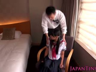 Pequeña japonesa escolar follada por negocios hombre