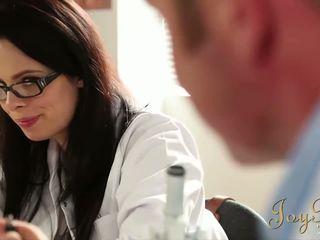 Joybear testing de sensueel seks dokter