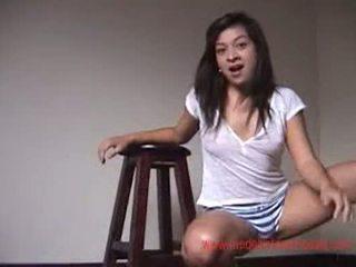 Adolescente modelando para la cámara