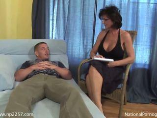 Gros seins milf shags avec son jeune en chaleur patient