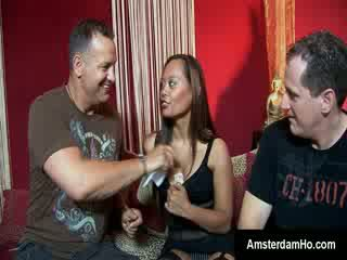Mooi oosters chick in amsterdam blows burly foreigner in vip kamer
