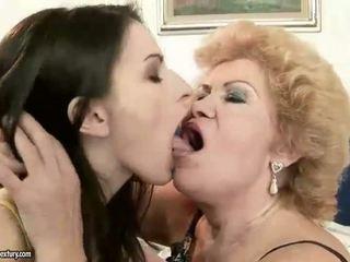 Neglītas vecmāmiņa vs pievilcīgas pusaudze meitene