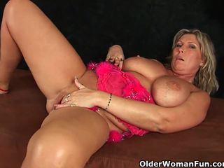 Fixe maduros mãe com grande tetas masturbates