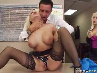 Sexy hawt pechugona estrella porno taladrada hardcore