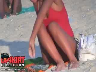 Guy spied de mooi goed shaped lichaam van lang legged trut in de heet micro bikini