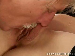 Gitta blond futand cu vechi om