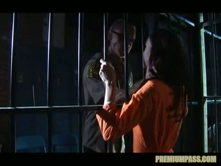 Stuck 背后 bars 在 一 监狱 为 妓女 taylor 雨 是 强 到 看