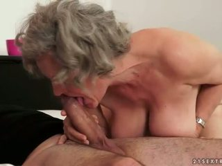 Gros seins grand-mère décision amour avec son jeune boyfried