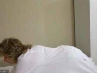 Oldnanny seksi mama s ten masturbate na postelja