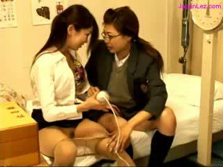 Nxënëse dhe doktori stimulating pussies me vibrator në the krevat në the schoolhospital