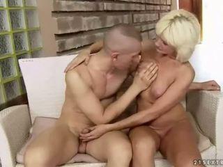 Με πλούσιο στήθος χοντρός/ή παππούς enjoys σκληρά σεξ