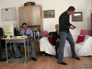 Starý blondýna enjoys two cocks