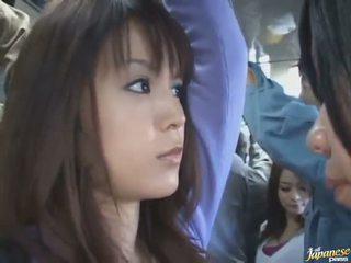 Szonya alatt lövés a egy aranyos kínai -ban egy crowded busz